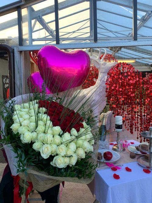 Bouquet de fleurs roses rouge et blanche